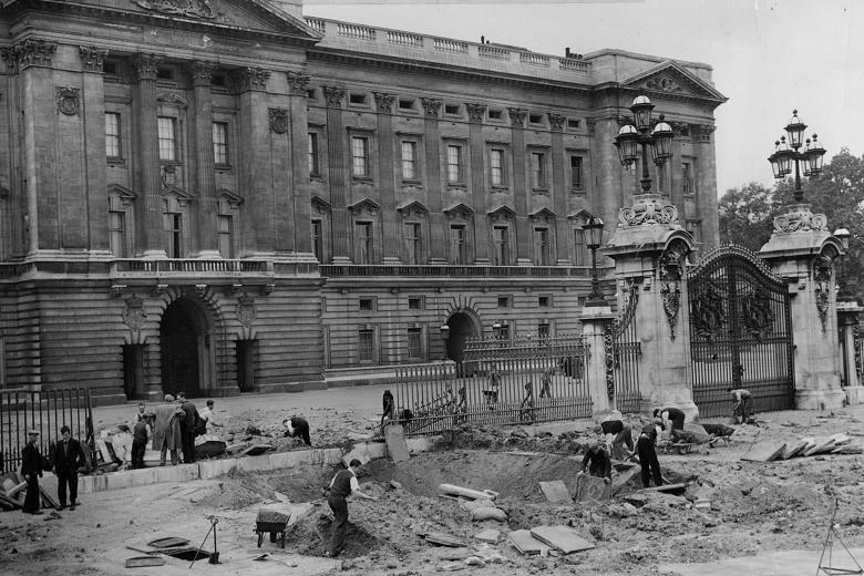 Buckingham Palace bombed during World War Two | Buckingham palace, Historical moments, Old photos