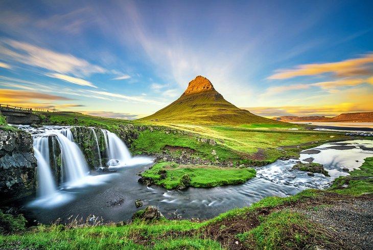 Summer sunset over the Kirkjufellsfoss waterfall and Kirkjufell mountain
