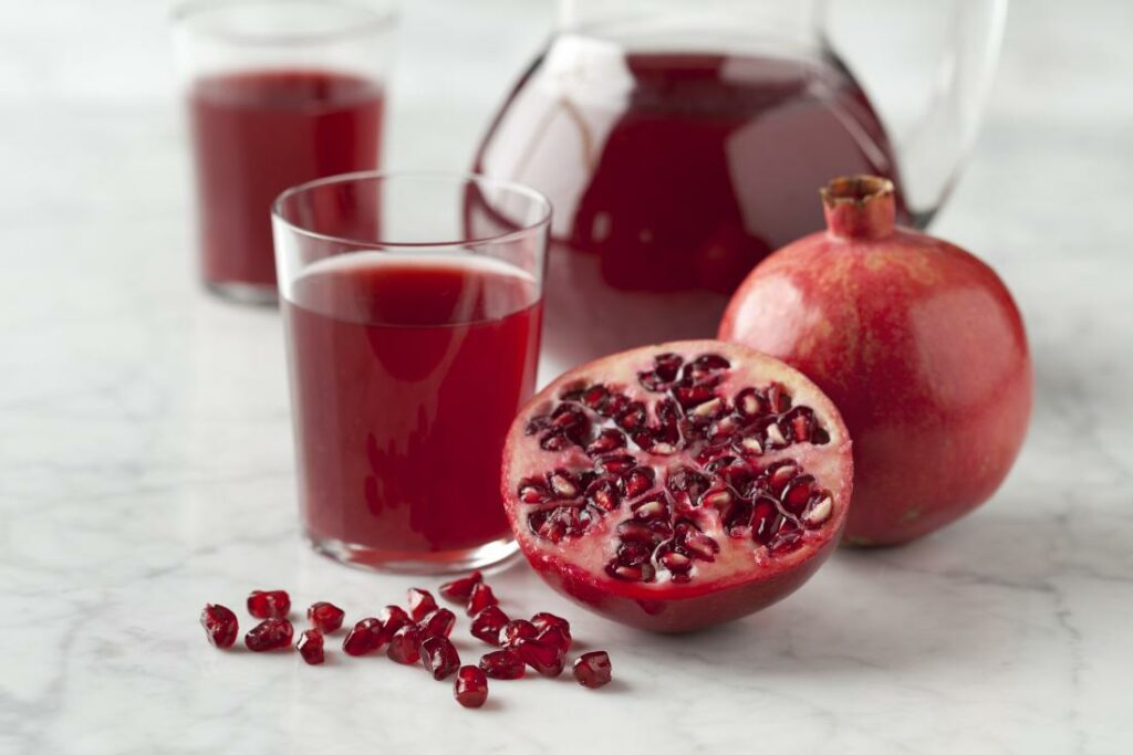 pomegranate-with-seeds-and-pomegranate-juice.